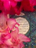 Gladiolus kwitnie na świętej muzułmańskiej książce Zdjęcia Stock