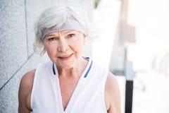 Gladlynt äldre kvinnautbildning utanför arkivfoto
