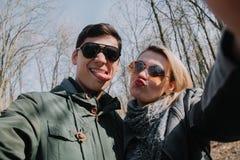Gladlynt älska sig parkyssar Gå i parkera och krama Royaltyfria Bilder