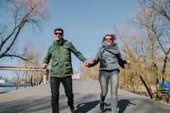 Gladlynt älska sig parkyssar Gå i parkera och krama Fotografering för Bildbyråer