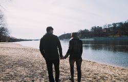 Gladlynt älska sig parkyssar Gå på flodbanken och omfamna Fotografering för Bildbyråer