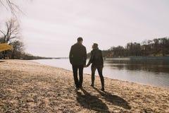Gladlynt älska sig parkyssar Gå på flodbanken och omfamna Arkivbilder