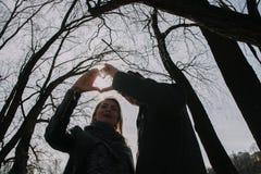 Gladlynt älska sig parkyssar Gå på flodbanken och omfamna Arkivfoto