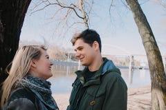 Gladlynt älska sig parkyssar Gå på flodbanken och omfamna Arkivfoton