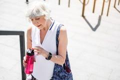 Gladlynt åldrig dam som stoppar för avbrottet som stiger upp på stege arkivbilder