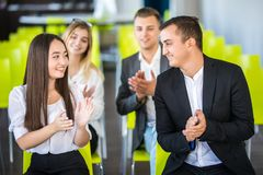 Gladlynt affärsfolk som applåderar i ett möte äganderätt för home tangent för affärsidé som guld- ner skyen till royaltyfria foton