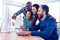 Gladlynt affärsfolk som ser datorskärmen arkivbilder