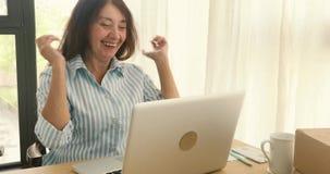 Gladlynt affärskvinna med att fira för bärbar dator som är nytt stock video