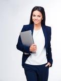 Gladlynt affärskvinnaanseende med bärbara datorn arkivfoton