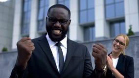 Gladlynt affärsman som firar kontraktskrivningen som uttrycker lyckasinnesrörelse royaltyfria foton
