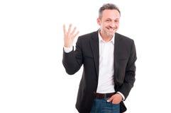 Gladlynt affärsman som visar fyra fingrar Royaltyfria Bilder