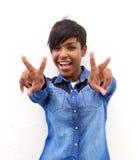 Gladlynt afrikansk amerikankvinna med fredhandtecknet royaltyfria bilder