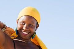 Gladlynt afrikansk kvinna som tycker om liv Royaltyfria Foton