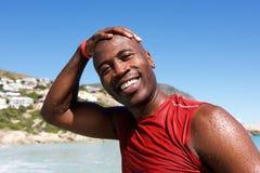 Gladlynt afro afrikansk grabb på stranden efter bad royaltyfria bilder