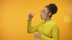 Gladlynt Afro--amerikan flicka som blåser såpbubblor och att ha gyckel, barndomlek stock video