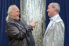 Gladlynt aktör som har ett bra skratt på hans vän Royaltyfri Fotografi