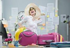 Gladlynt anställd som lämnar för semestrar Arkivfoton