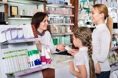Gladlynt apotekare det farmaceutiska lagret och den konsulterande cusen royaltyfri fotografi