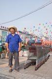 Gladlynt arbetare på den Wu marknaden, Peking, Kina Royaltyfria Bilder