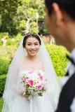 Gladlynt asiatisk brud Royaltyfri Foto