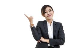 Gladlynt asiatisk kvinna som tänker och ser upp med hög aspiratio fotografering för bildbyråer