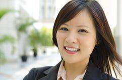 Gladlynt asiatisk kvinnlig royaltyfri fotografi