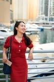 Gladlynt asiatisk turist i den Dubai marina arkivfoton