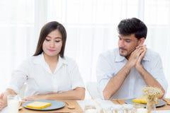 Gladlynt asiatisk ung man och kvinna som har sammanträdelunch Royaltyfria Foton