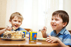 gladlynt barn äter pien arkivbild