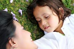 Gladlynt barn med modern Royaltyfri Foto