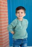 Gladlynt barn med två år på gatan royaltyfri foto