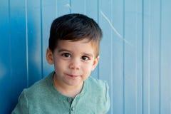 Gladlynt barn med två år på gatan Royaltyfria Foton