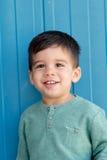 Gladlynt barn med två år på gatan Royaltyfri Fotografi