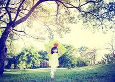 Gladlynt barn som spelar draken utomhus Royaltyfri Foto