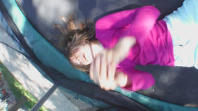 Gladlynt barnbanhoppning på trampolinen lager videofilmer