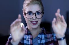 Gladlynt barnIT-flicka som tycker om nya tekniker Royaltyfria Foton