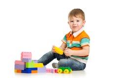 Gladlynt barnpojke som leker med konstruktionsseten Arkivbilder