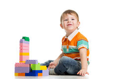 Gladlynt barnpojke som leker med konstruktionsseten Royaltyfria Foton
