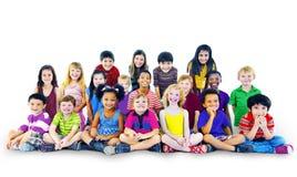 Gladlynt begrepp barnungeHappines för multietnisk grupp arkivfoton