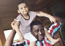 Gladlynt begrepp för faderSon Bonding Parent samhörighetskänsla Royaltyfri Foto