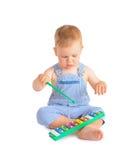 Gladlynt behandla som ett barn pojken och xylofonen Royaltyfria Foton