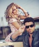 Gladlynt blond dam med den stiliga pojkvännen Royaltyfri Foto