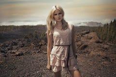 Gladlynt blond dam på öknen arkivbild