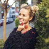 Gladlynt blond flicka i moderiktig kläder Fotografering för Bildbyråer
