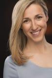 Gladlynt blond ung dam Smiling på kameran Royaltyfria Bilder