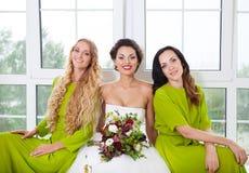 Gladlynt brud med kvinnliga vänner Arkivbilder