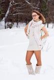 Gladlynt Caucasian ung kvinna i snöig väder Arkivbild