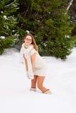 Gladlynt Caucasian ung kvinna som poserar i snöig vinter Royaltyfri Foto