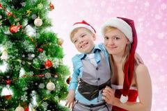 gladlynt claus för pojke hatt santa Royaltyfria Bilder