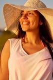 Gladlynt drömlik kvinna som beskådar solnedgång Arkivfoton
